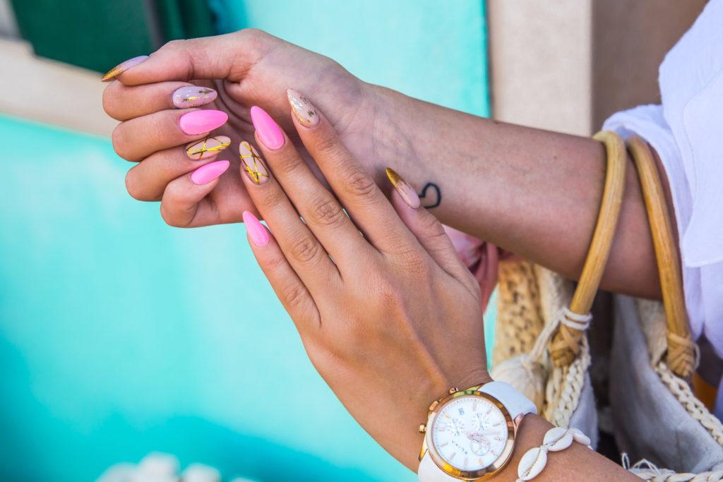 neonowe paznokcie z beżem