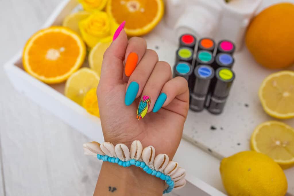 neonowy manicure