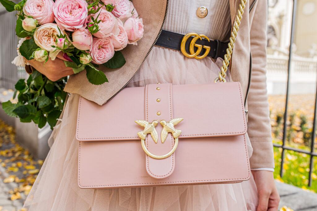Różowa torebka Pinko i pasek Gucci w stylizacji