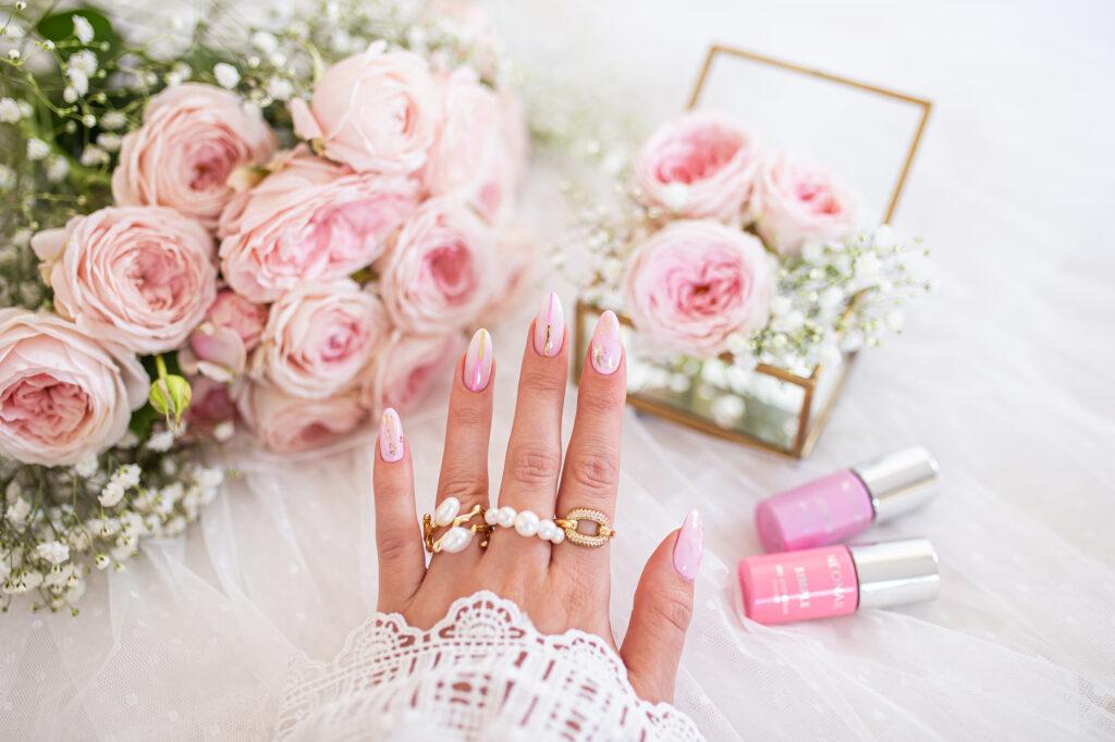 delikatny manicure na chrzest