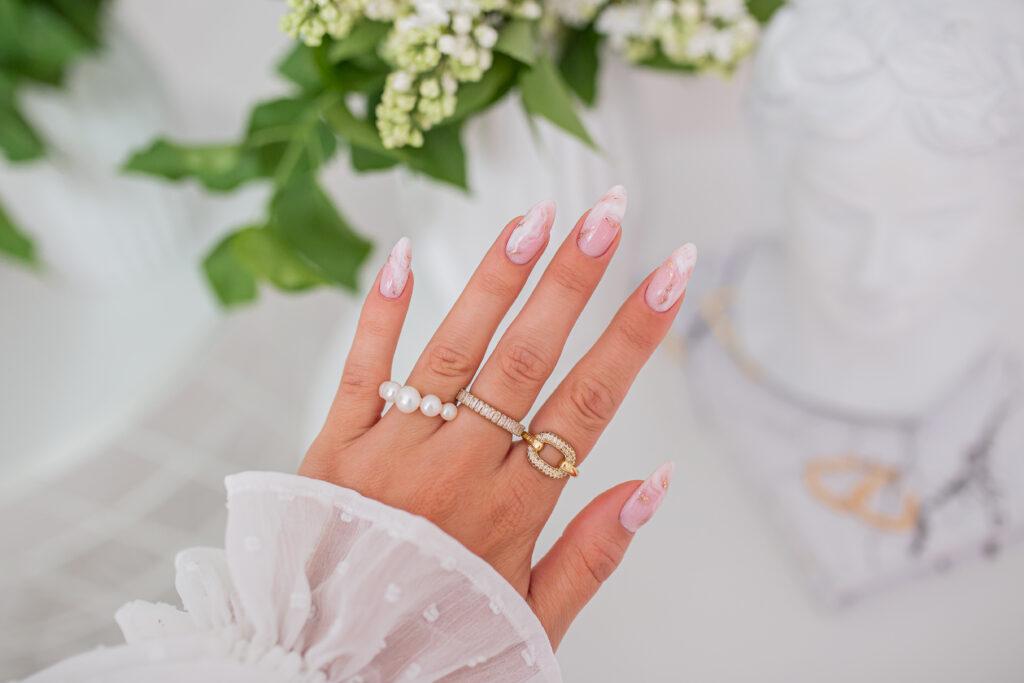 ślubny manicure marmurkowy